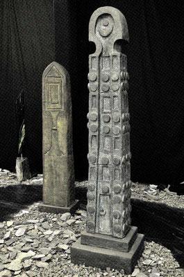 """2 aksumetische Totenstelen Aksum II und III, 2016, grob schamottierter Ton, hoch 188 cm und 164 cm, aus Rauminstallation """"Mythos und Unendlichkeit"""""""