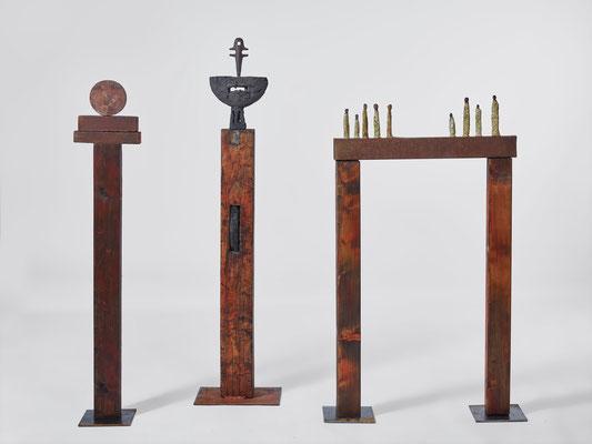 Trilogie, 2017, Holz, Eisen, Gebrannte Erde, H 120 cm, 130 cm, 140 cm