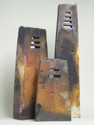 Drei Türme, 2006; Steinzeug, Handaufbau, Rauchbrand; (Gruppe) BxTxH: 35x15x50 cm