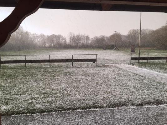 Trainingsveld Nordhorn tijdens de hagel tussen appèl en pakwerk