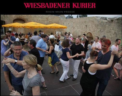 Salsa am Hofheimer Wasserschloss von Sonja Lehnert; Foto: Volker Dzemballa