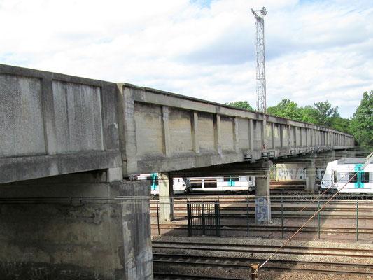 Pont construit au dessus de la voie de chemin de fer en forêt, par l'armée allemande face au pavillon de la Muette