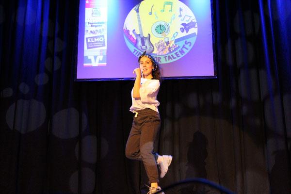 Die stolze Gewinnerin des Talentwettbewerbs Selina Dzemaili auf dem 1. Platz