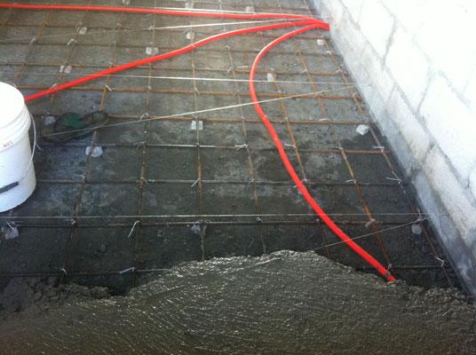 Betonieren so schnell wie möglich, zusätzliche Leute holen die Beton tragen