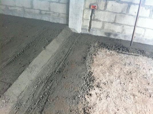 Gut stampfen, Magerbeton muss feucht sein aber nicht nass wie Beton