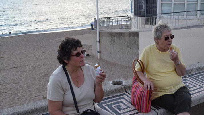 Jolanda und Agnes beim Glace geniessen