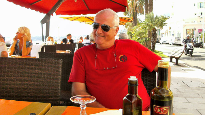 Beim Mittag-Essen in Menton nahe an Italien