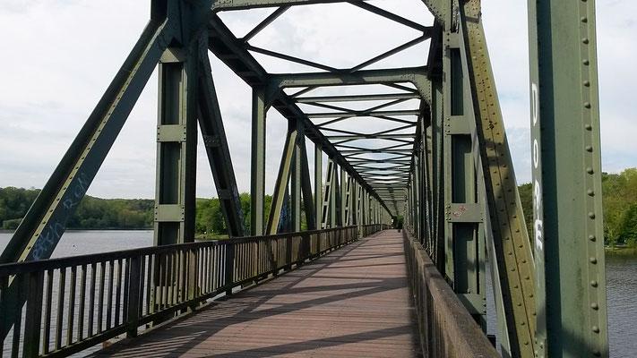 Los geht's über den See mit der alten Eisenbahnbrücke