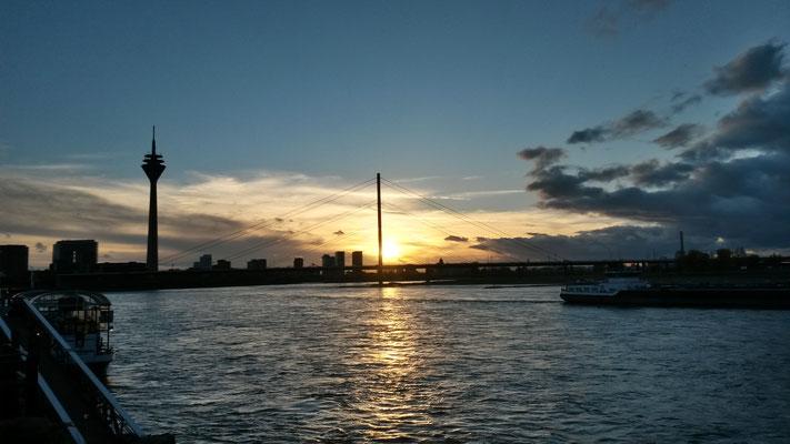 Stadtsilouhette im Sonnenuntergang