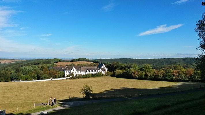 Blick vom Ehrenfriedhof auf Mariawald