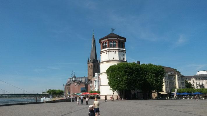 Zwei Düsseldorfer Wahrzeichen im Sommer: der verdrehte Turm von St. Lambertus und der  Schlossturm