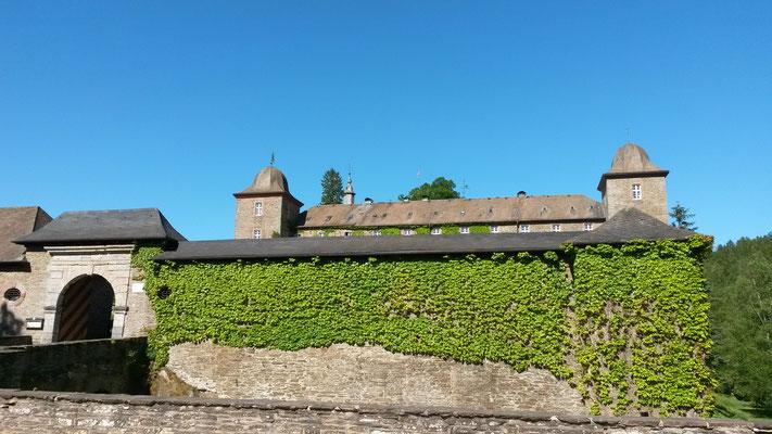 Außenmauer der Vorburg am Parkplatz