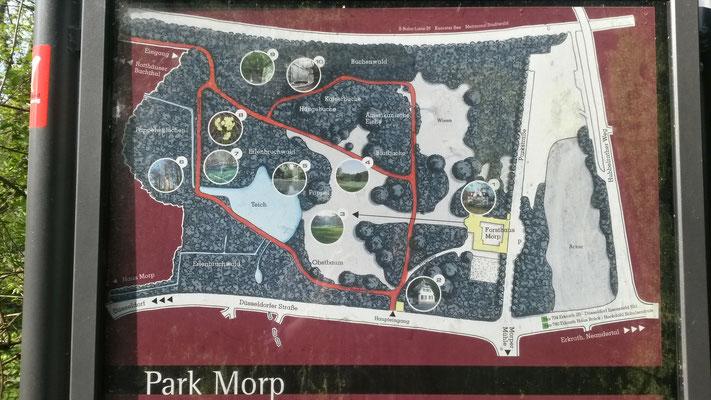 Hinweistafeln führen uns durch den Park