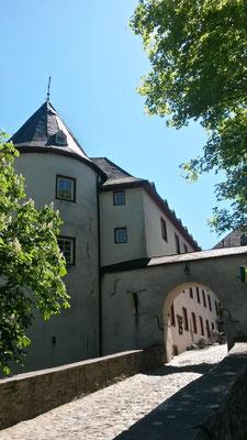 Mächtige Burgtürme flankieren das zweite Tor