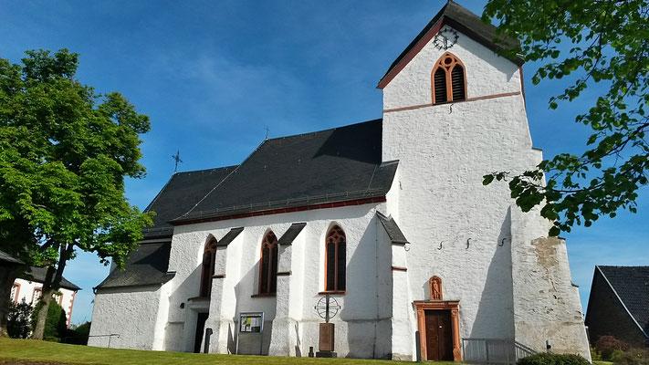 Start- und Zielpunkt, die Dorfkirche in Ripsdorf schön anzuschauen in der Nachmittagssonne