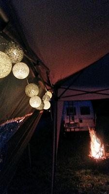 Lichterketten und Lagerfeuer-Romantik