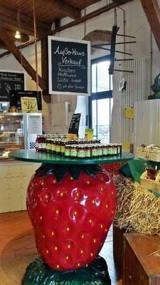 Außer Haus Verkauf von leckerer Erdbeermarmelade und Erdbeerlikör