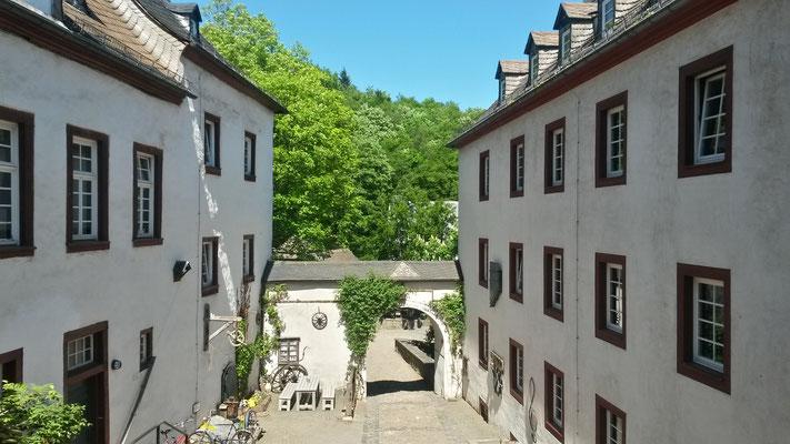 Blick von der Rezeption auf den Innenhof