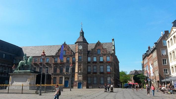 Altstadt, das Rathaus mit Standbild von Jan Wellem