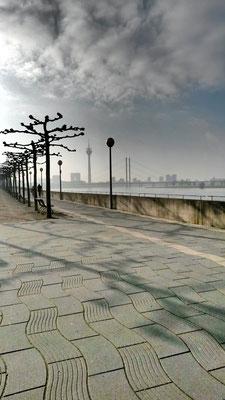 Rheinwellen auf der Promenade
