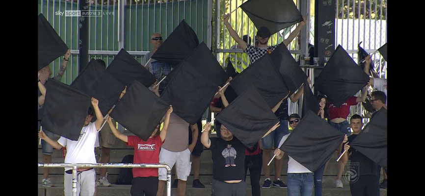 Beim Spiel in Wolfsberg zeigten die Fans von Admira ihre Trauer mit schwarzen Fahnen