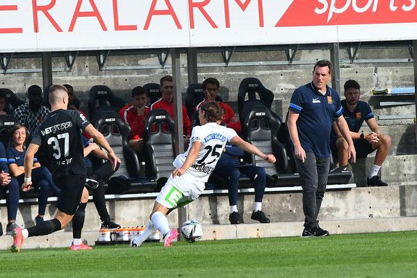 Der Trainer Andreas Herzog schaute Leonardo Lukacevic ganz genau auf die Beine