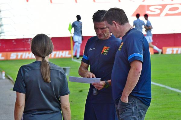 Das neue Trainerteam analysiert ausgiebig das Spiel und richtet die Taktik aus