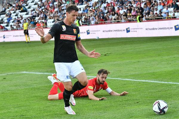 Der Routinier Stephan Zwierschitz setzte sich auch gegen österreichische Teamspieler durch und klärt den Ball
