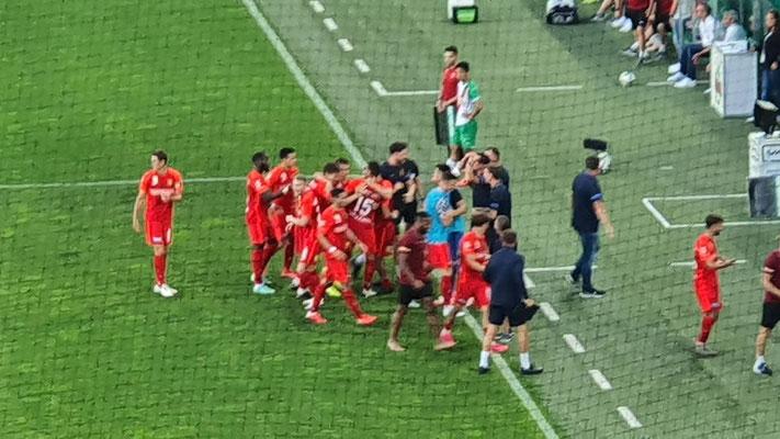 die Mannschaft freute sich mit dem Trainerteam über den Treffer