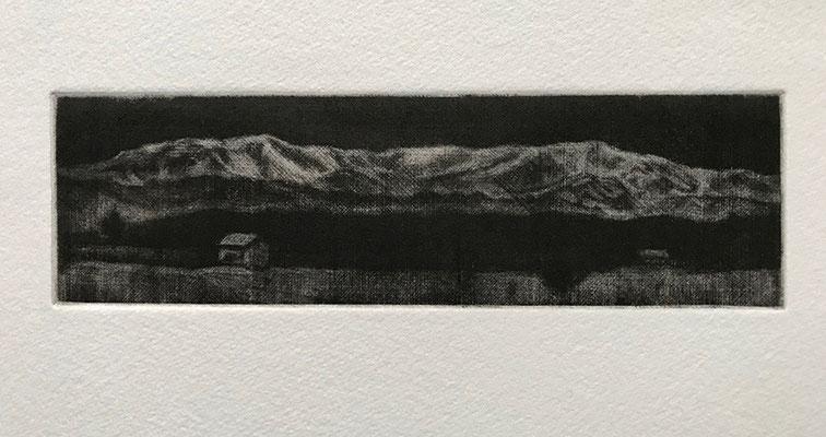 会津坂下から見た飯豊山をメゾチントという銅版画で描きました。