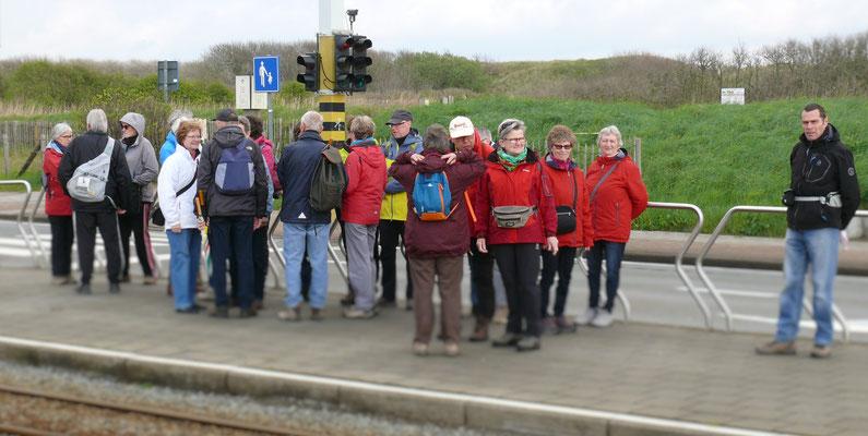 Zaterdag wachtende groep voor de kusttram