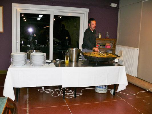 """De kok aan het werk terwijl de deelnemers """"aperitieven"""""""