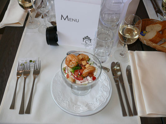 Ceasarsalade met ansjovis, gebakken scampi en croutons