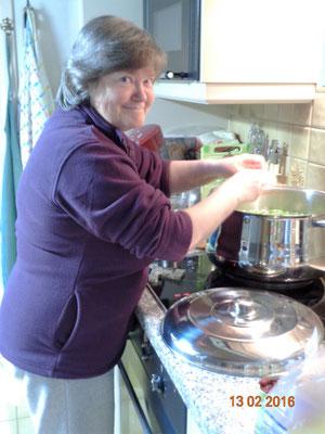 de speciale soep in voorbereiding