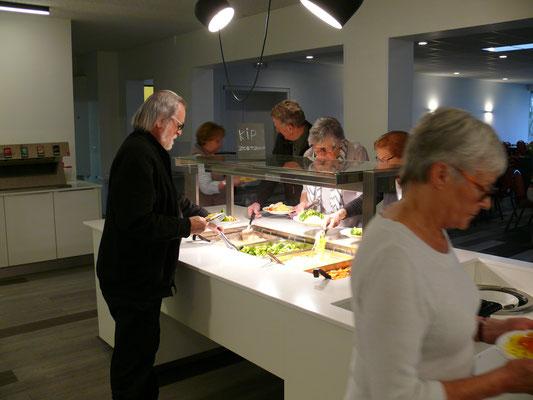 Avondeten: de eersten aan het buffet