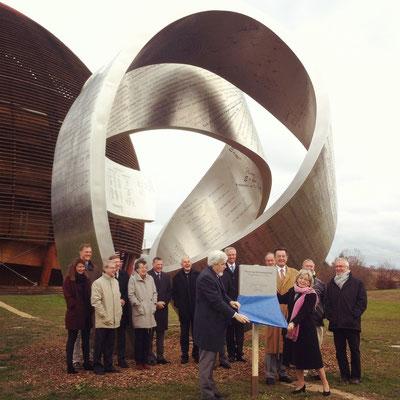 Inauguration de la sculpture monumentale en présence de Rolf Heuer, directeur général du CERN, et Monique Boget, maire de Meyrin.
