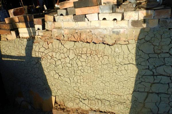 窯焚き終了後のひみこ窯。 瓦粘土補修部分もヒビ割れ