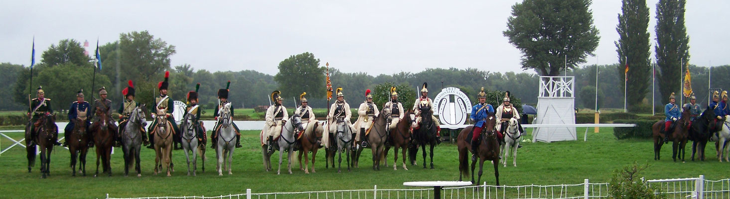 DR2, deutscher Kavallerieverbandsabordnung, DR5 sowie österreichischer Cavallerieverband auf einem Platz - ein kleines Wunder