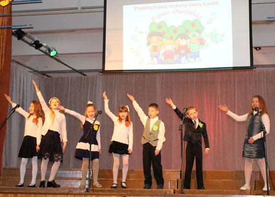 """Jurbarkų darželio-mokyklos Rotulių skyriaus  pradinės mokyklos choras ,,Dainuokime ir šokime kartu"""" vad. Danutė Birgiolienė"""