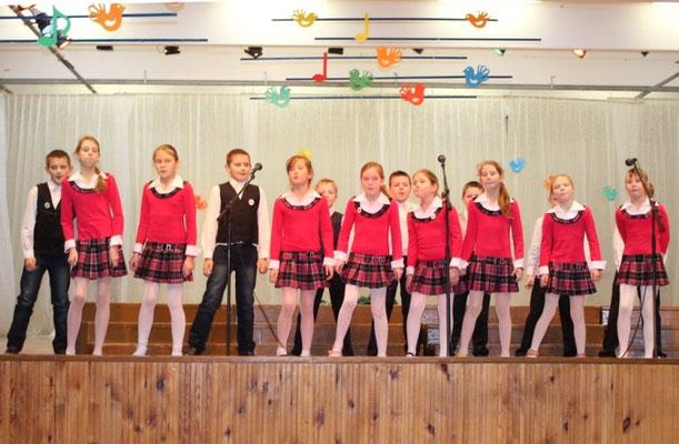 Veliuonos Antano ir Jono Juškų gimnazijos jaunučių choras. Vadovė Birutė Gustaitienė.