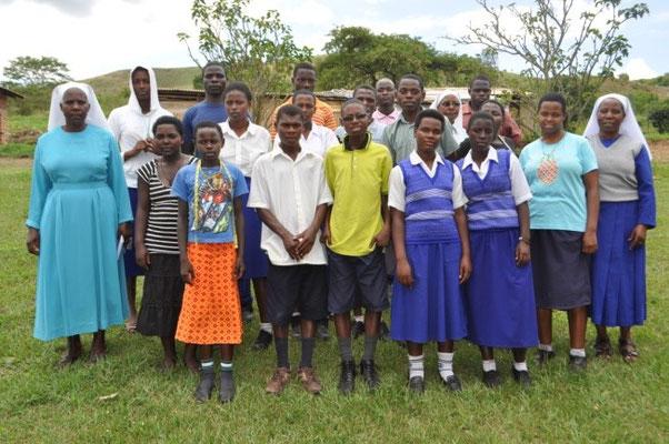 Sr. Paula (Schulleiterin, rechts) mit BerufsschülerInnen
