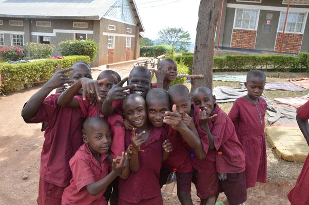 fröhliche Schüler der gehörlosen Schule