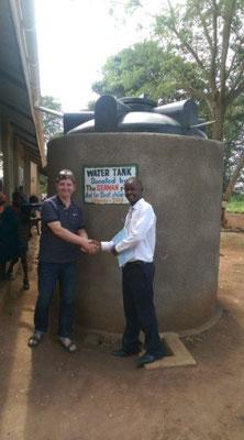 Wabbi Absolom bedankt sich bei Burkhard Lohmann für die Hilfe aus Deutschland