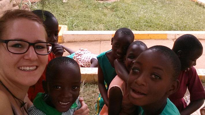 Jennifer mit den Schülerinnen der Taub-Blinden Schule