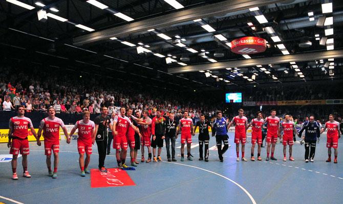 David Breuer Teamjubel Tusem Essen Handball Bundesliga. Foto: Brigitte Holtgreve