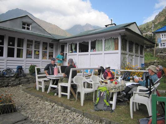 Die Herbergen und Wirtshäuser sind in diesem Gebiet Nepals schon sehr europäisch, also mit fließendem Wasser, ordentlicher Heizung und abwechslungsreichem Essen.