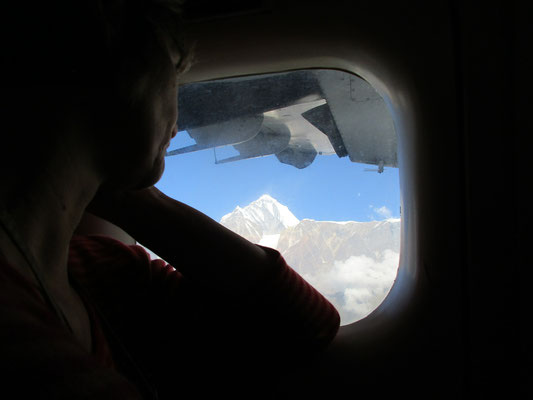 Blick aus dem Flugzeug Richtung Westen auf das Dhaulagiri-Massiv
