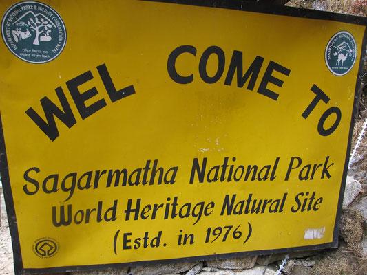 Das Schild am Eingang zum Nationalpark am Weg zum höchsten Berg der Welt.