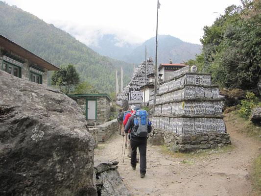 Berühmte Manimauer auf dem Weg nach Namche Bazar.