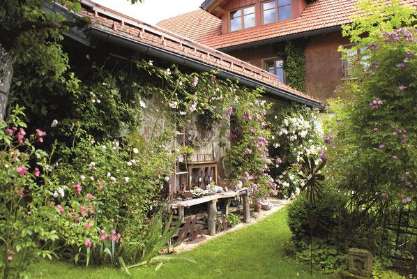 Gartenaccessoires zum Verkauf im Rosengarten in Scheidegg